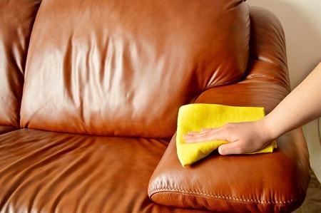 Особенности проведения чистки кожаной офисной мебели: этапы и методы