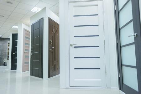 Какую дверь  выбрать из массива или экошпона: виды и особенности
