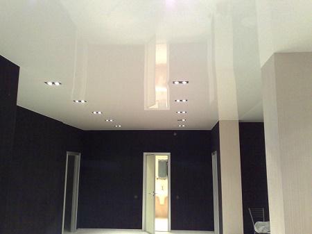 Глянцевые натяжные потолки: достоинства, уход и особенности