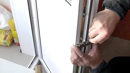 Самостоятельная установка металлопластиковой двери: этапы и правила