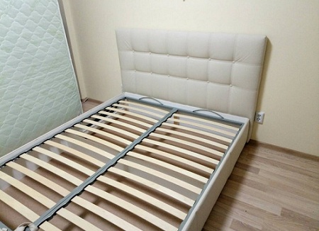 Кровать с ламелями: этапы и правила сборки и преимущества