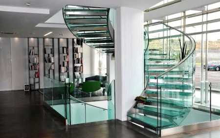 Преимущества лестниц из стекла и технология их монтажа