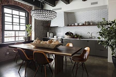 В каком стиле оформить кухню: сравнение шале или лофт