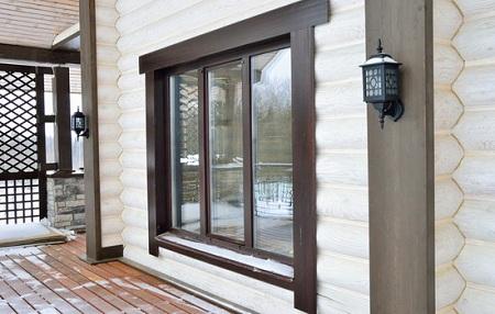 Какие выбрать окна для дома из бруса: виды материала и особенности