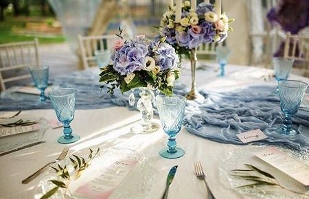 Сервировка стола цветными бокалами: идеи и правила