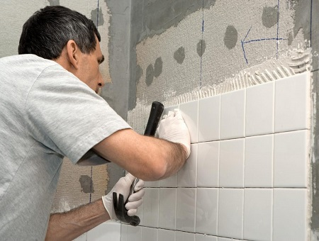 Укладка керамической плитки на стену в ванной комнате своими руками