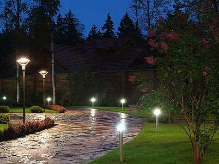 Монтаж уличных фонарей на земельном участке: правила, советы и этапы