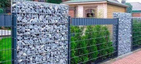 Забор из габионов: как устроено такое ограждение и его достоинства
